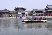 湖中的古代风格游船