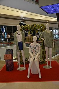 商场室内服装展示