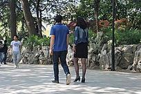 公园散步的外国情侣