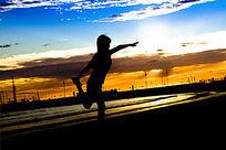 在阿波罗港金色海滩边上练习瑜珈