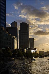 墨尔本城市雅拉河边的建筑夕阳