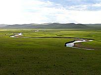 草原河流蜿蜒