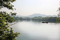 湖边的景色