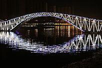夜晚桥梁水中倒影