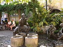鼓浪屿街边雕塑 打水的男人