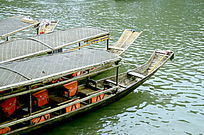凤凰古城沱江的游船特写图片