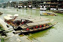 凤凰古城沱江的游船图片