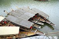 湖南凤凰古城沱江的游船特写