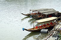 湖南凤凰古城沱江的游船特写图片