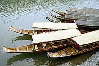 湖南湘西凤凰古城沱江的游船特写图片