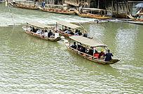 湖南湘西凤凰古城沱江的游船图片