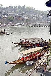 湘西凤凰古城沱江的游船特写图片