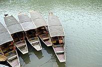 湘西凤凰古城沱江的游船图片