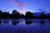 黄昏时分的森林河流