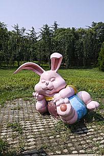 天津动物园内景照片-熟睡的小兔雕塑
