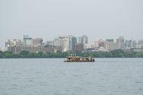 湖面上的城市风景