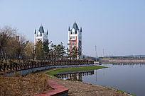 水边的欧式建筑
