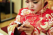 中国传统新娘使用手机
