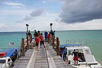 游客准备登录游艇离开
