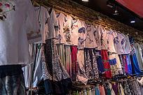 苏州木渎古镇店铺里的特色服饰