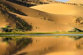 巴丹吉林沙漠湖泊奇观