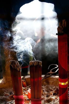 寺庙燃烧的香火