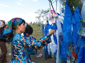 蒙古族少女在敬献哈达