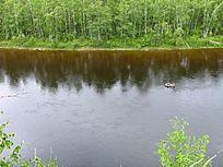 森林河小船