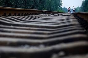 铁路轨道上散步的一家三口