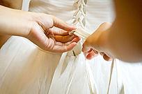给新娘整理婚纱的手部特写