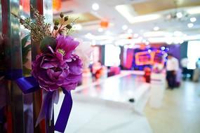婚礼现场入口门上的绑花
