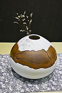 暗黄裂缝陶罐花瓶陶瓷摄影图