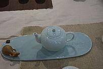 浅绿肉色茶壶陶瓷摄影图