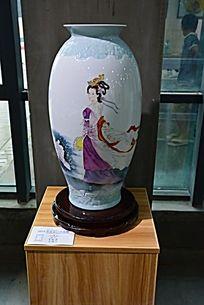 圆筒美女花瓶陶瓷摄影图