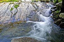 山石旁的河道流水