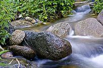山石旁的河道小溪