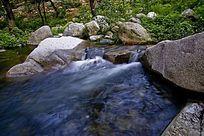 山石旁的河道溪流