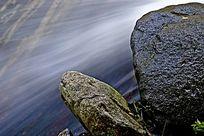山石旁的溪流
