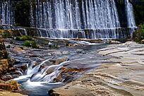 山石中的流水瀑