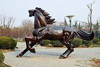 奔跑的马雕塑