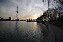 夕阳下的龙源湖水景