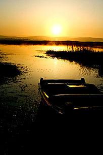 晨辉中的湿地小木船风光
