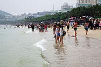 大东海沙滩上的游人