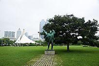 青岛五四广场旁草地上的聂耳城市铜雕人像