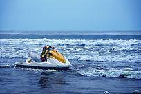 蔚蓝色大海上停靠的摩托艇