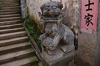 门口雕刻的石狮子