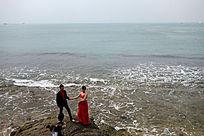 大东海海滨拍婚纱照的情侣