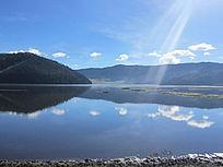 湖光投影在山间湖水之上