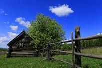 蓝天下的田野小屋