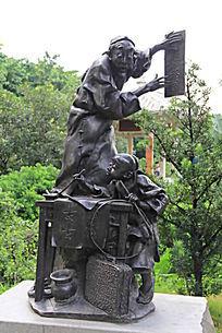 贴对联的人物雕塑